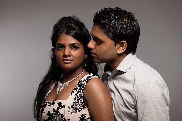 la mode indienne couple passionné.  studio sur fond gris. - indien photos et images de collection