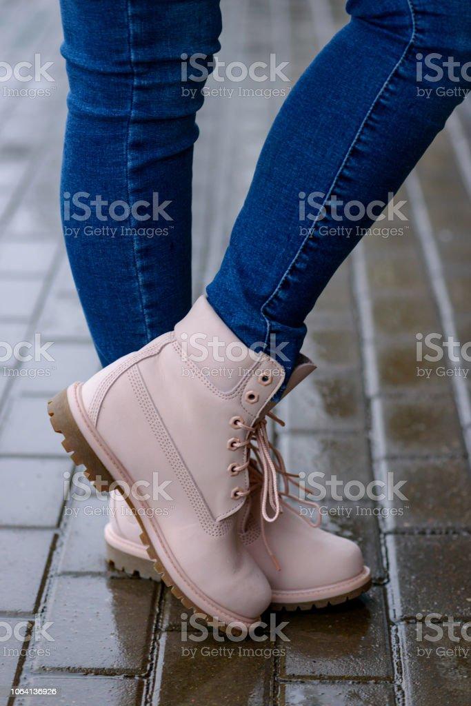 Emplazamiento En Banco De Botas Grises Mujer Foto de stock y