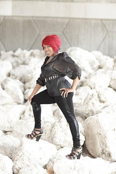 modisches plus model on the rocks - damen leggings übergrößen stock-fotos und bilder