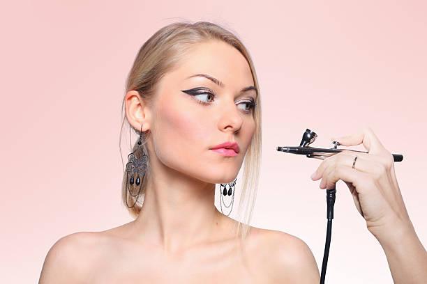 modische porträt von ein mädchen modell mit hand airbrush. - airbrush make up stock-fotos und bilder