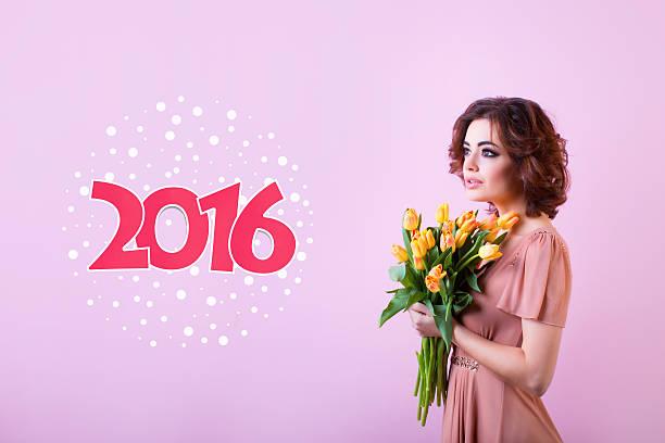 modische porträt frau mit strauß tulpen. - modefarben sommer 2016 stock-fotos und bilder