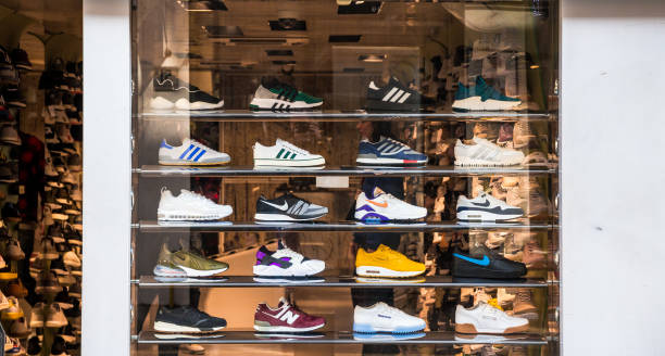 modieuze sneakers tentoongesteld in etalage, londen, uk - running shoes stockfoto's en -beelden