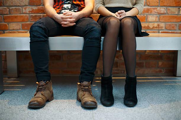 modische stilvolle paar, sitzen auf dem tisch. beine nahaufnahme - hipster unterwäsche stock-fotos und bilder