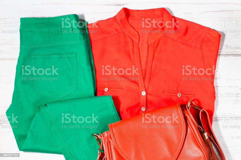 款式新穎時尚女性衣服夏裝新潮的顏色 免版稅 stock photo