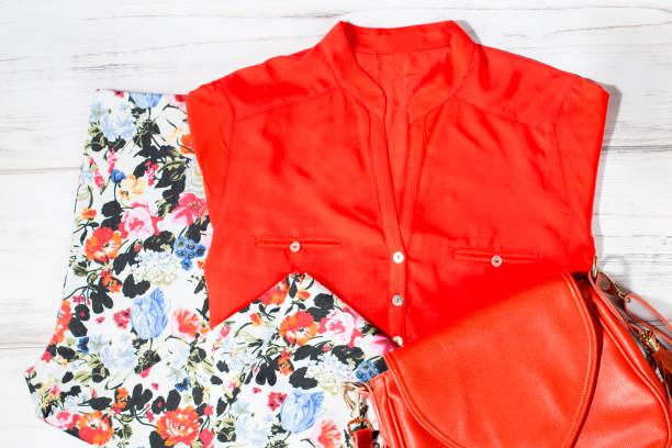 modisch elegante weibliche kleidung sommerkollektion in trendigen farben - bedruckte leggings stock-fotos und bilder