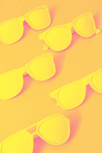 lunettes de soleil à la mode de l'été. - monochrome image teintée photos et images de collection