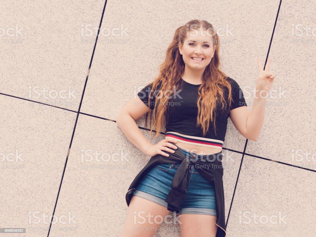 Moda teen traje de verano que se presenta - Foto de stock de A la moda libre de derechos