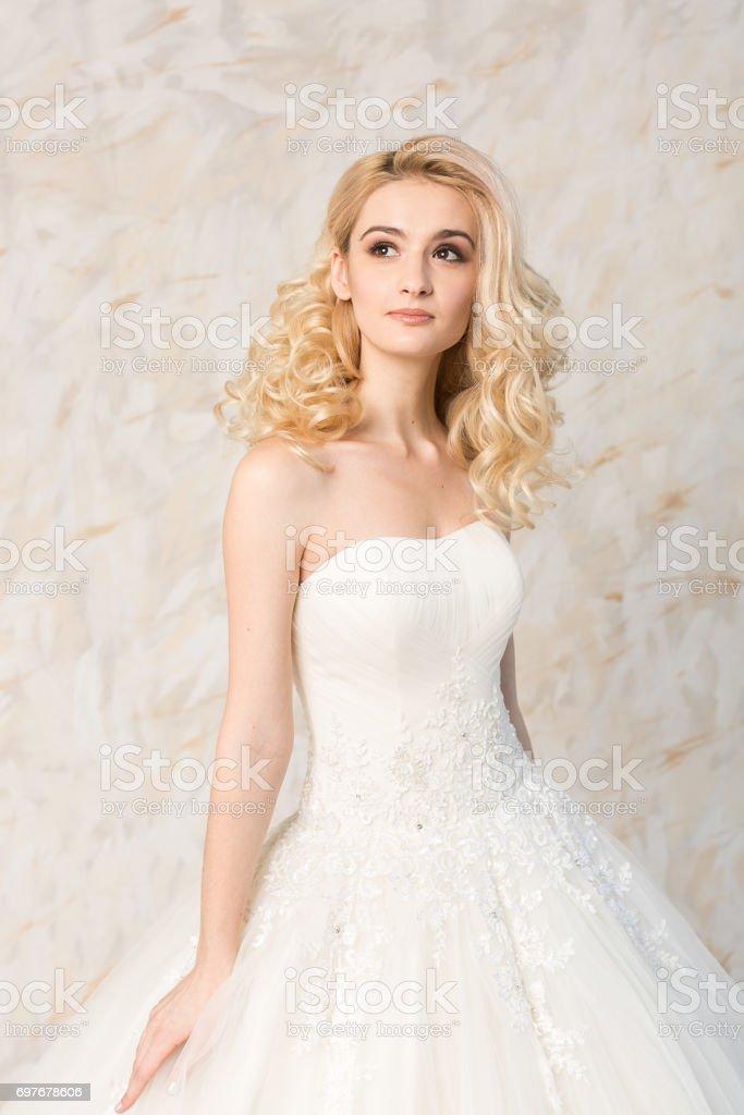 613c2120801ee3 Modieuze Witte Jurk Mooie Blonde Model Bruid Kapsel En Makeup ...