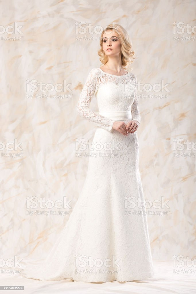 Modisches Weisses Kleid Schone Blonde Model Braut Frisur Und Makeup
