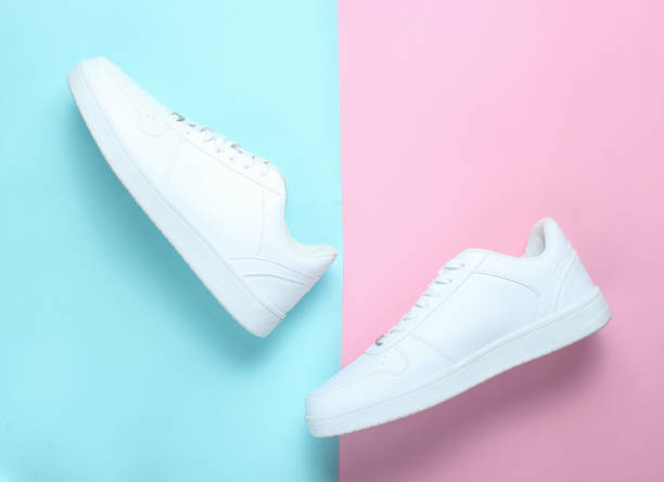 modieuze witte sneakers - running shoes stockfoto's en -beelden