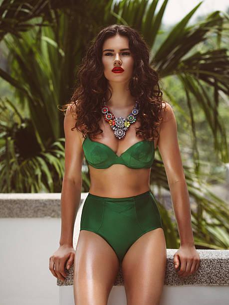 elegante donna in bikini - costume foto e immagini stock