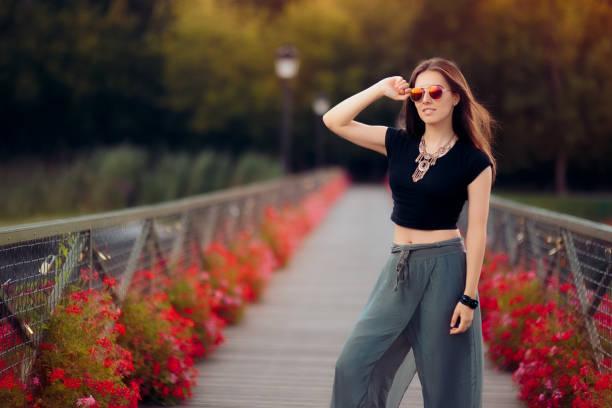 modebewusste frau im türkischen stil outfit auf die brücke der wünsche - pumphose stock-fotos und bilder