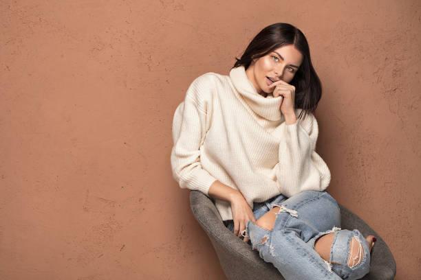 moda mujer en suéter caliente. - moda de invierno fotografías e imágenes de stock