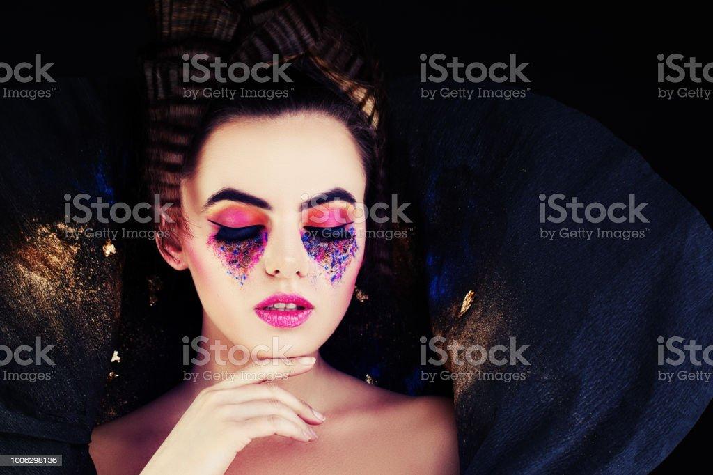 Mujer de moda. Modelo con creativo maquillaje y peinado - foto de stock