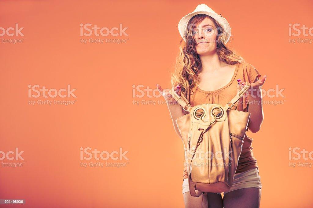 Femme à la recherche par le biais de la mode sac à main. photo libre de droits