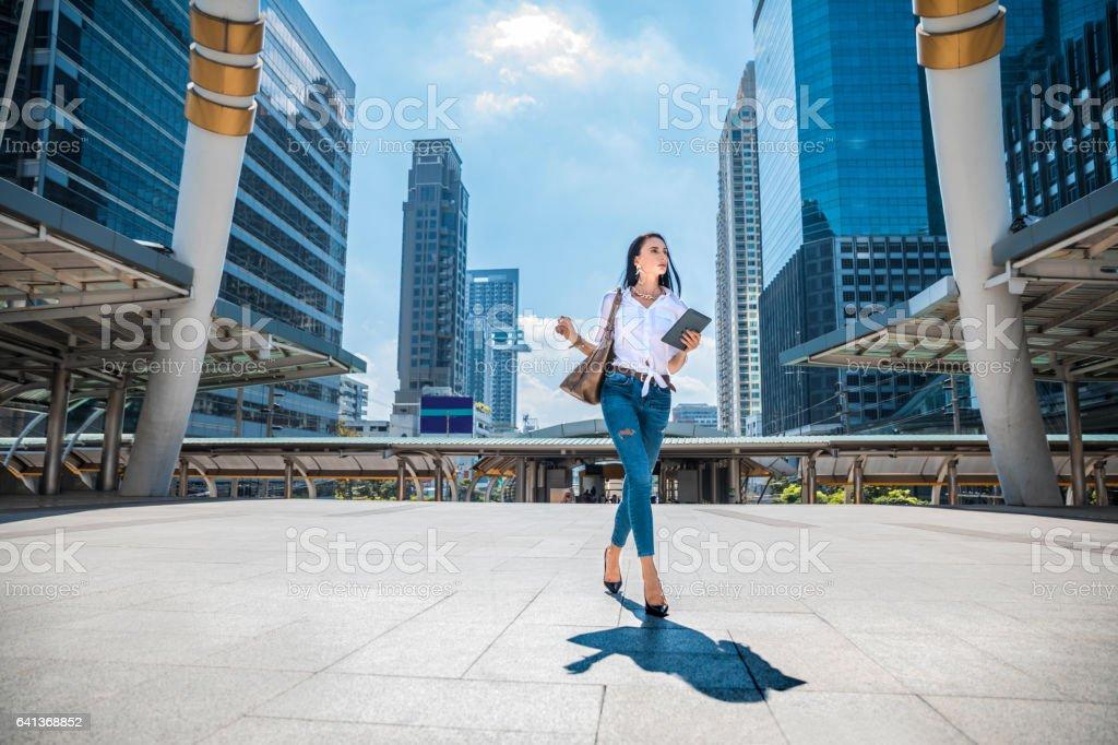 在市街上行走的時尚女人圖像檔