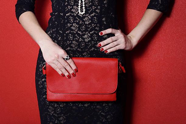 modische frau mit einem roten tasche in ihre hände - leder handtaschen damen stock-fotos und bilder