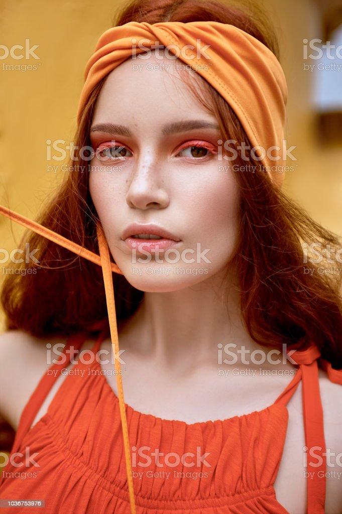 Modische Frau Mit Roten Haaren Und Makeup Posiert In Orange