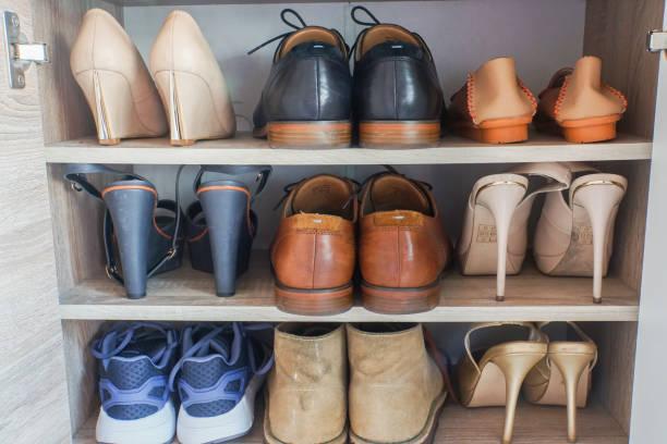 modische damen high heels und leder herrenschuhe im holzgehäuse für arbeiten - garderobe mit schuhschrank stock-fotos und bilder