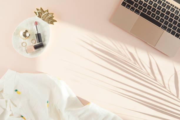 la mode féminine cosmétiques et accessoires. lay plat. fond blanc et rose. l'ombre d'une feuille de palmier - mode bureau photos et images de collection