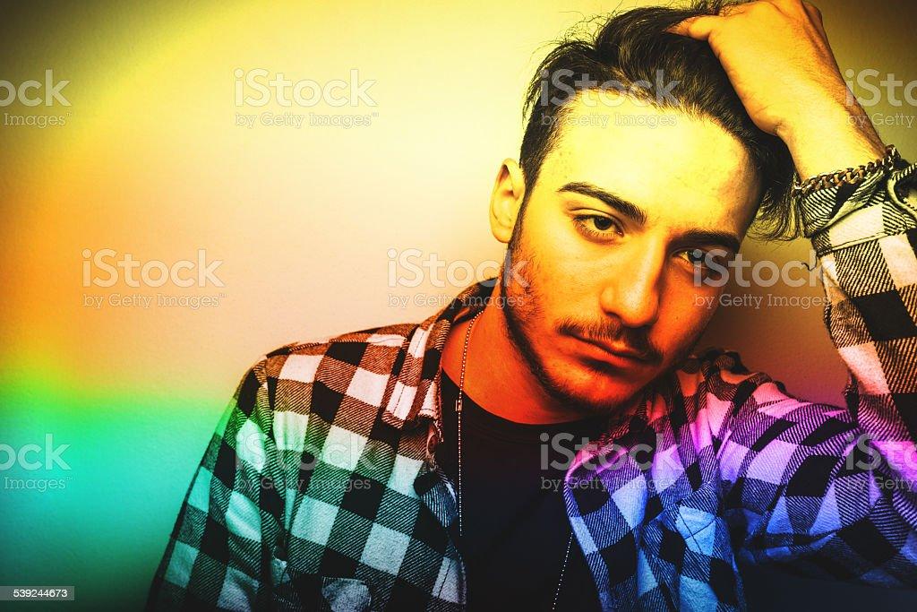 Moda de adulto joven posando en whie pared foto de stock libre de derechos