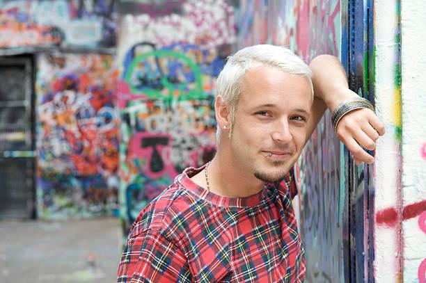 alla moda giovane uomo - capelli ossigenati foto e immagini stock