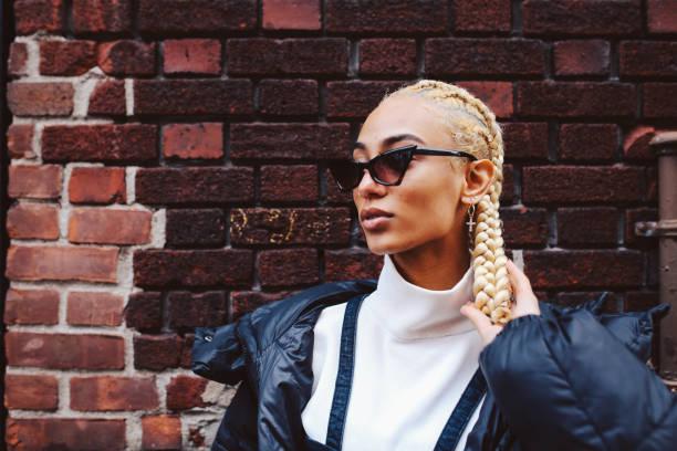 modieuze, jonge vrouw in lower manhattan, new york - street style stockfoto's en -beelden