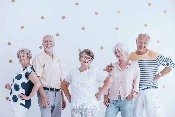 modisch gekleidet senioren - rentenpunkte stock-fotos und bilder