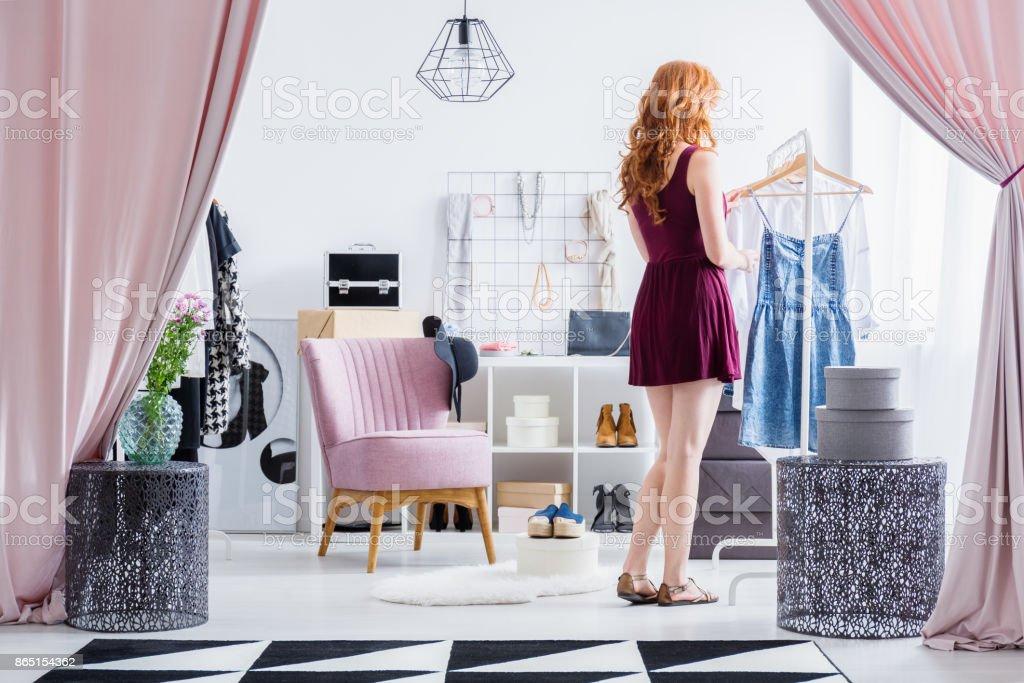 Modisch gekleidete Frau im Schrank – Foto