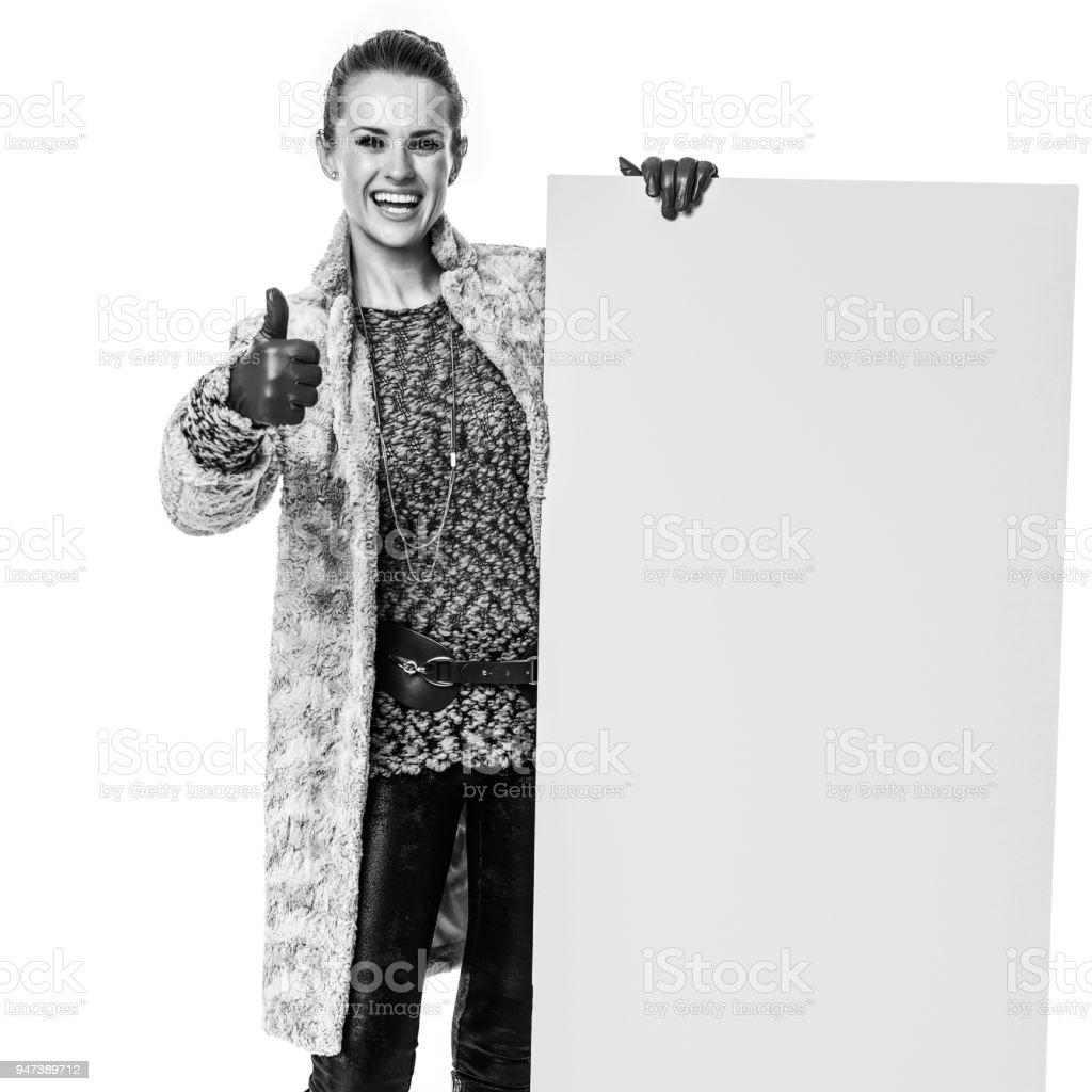 1e46a2ba75fc Modamonger Mostrando Tablero En Blanco Y Los Pulgares Para Arriba ...