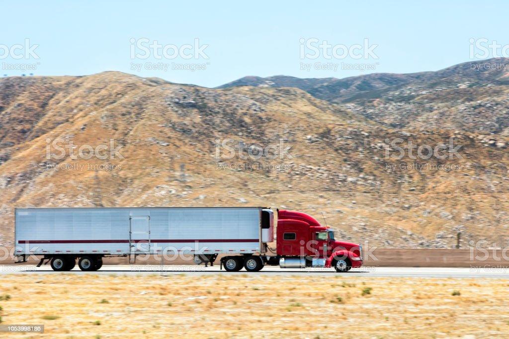 Schnelle und leistungsfähige Schwerlast-moderne Sattelschlepper Beschleunigung auf der Autobahn, Kalifornien, USA – Foto