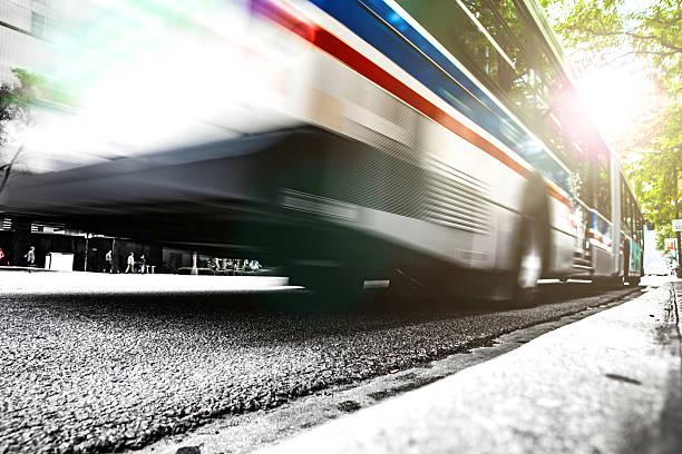 Autobús rápido en la ciudad de tráfico en cuenta la hora pico - foto de stock