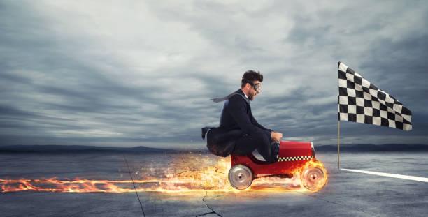 snelle zakenman met een auto wint tegen de concurrenten. concept van succes en concurrentie - beëindigen stockfoto's en -beelden