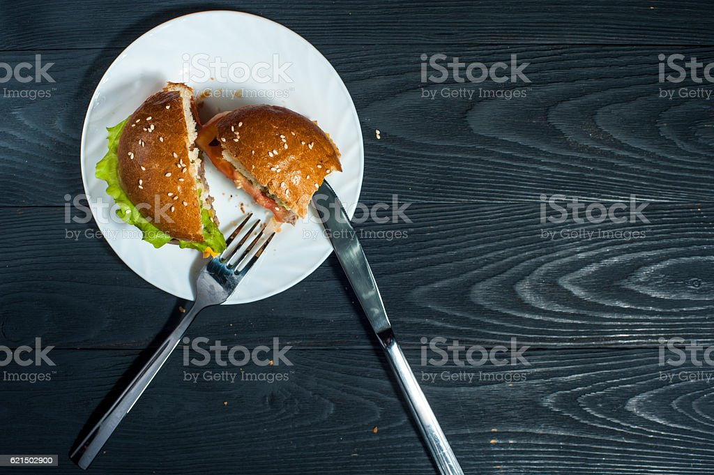 Fast food: hamburger with fork and knife foto stock royalty-free