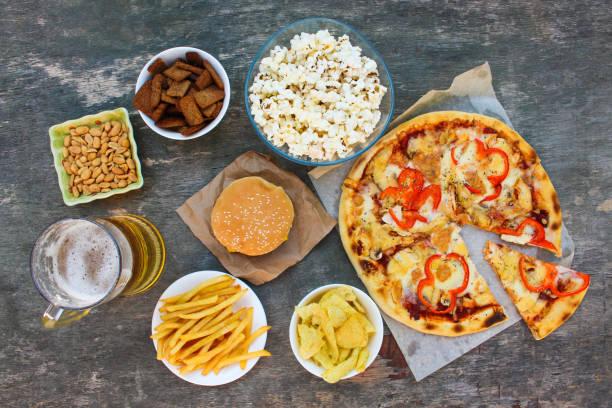 fast-food auf alten hölzernen hintergrund. konzept der junk-e-essen. ansicht von oben. - bier gesund stock-fotos und bilder