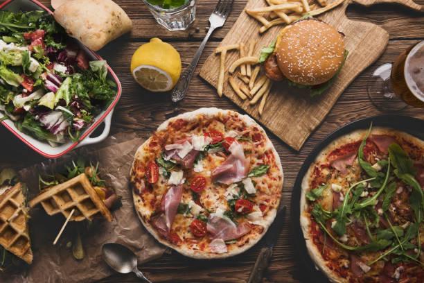 fast-food auf alten hölzernen hintergrund. - bier gesund stock-fotos und bilder