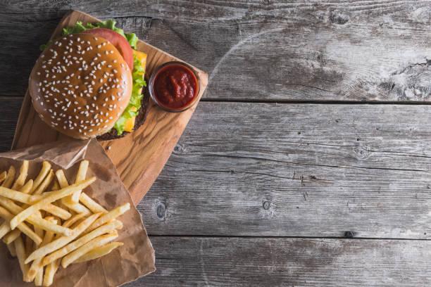 fast food on the wood - cheeseburger zdjęcia i obrazy z banku zdjęć