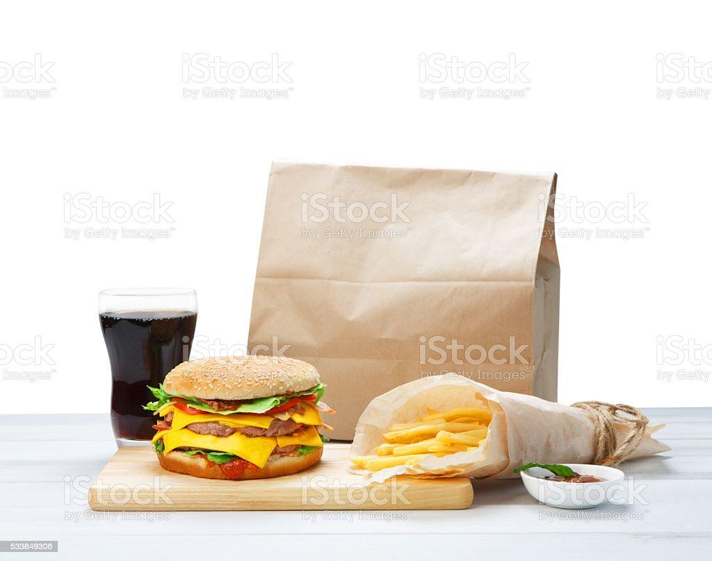 Cuisine rapide à emporter. Hamburger, cola et frites. - Photo