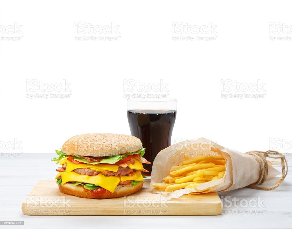 Comida rápida llevar. Hamburguesa, refrescos de cola y papas fritas. foto de stock libre de derechos