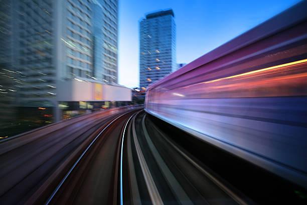 Schnell bewegliche Hochbahn In der Innenstadt von Bangkok, Thailand – Foto