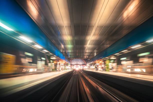 schnellzug in der city of london ausgeführt - hochbahn passagierzug stock-fotos und bilder