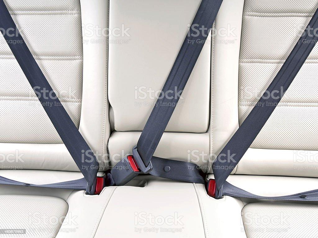 Ajustar los cinturones de seguridad en el coche para seguridad - Foto de stock de Asiento de vehículo libre de derechos