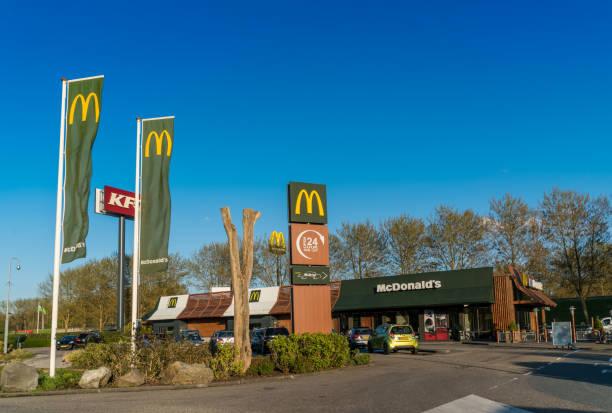 fastfood drive through restaurants - burger and chicken стоковые фото и изображения