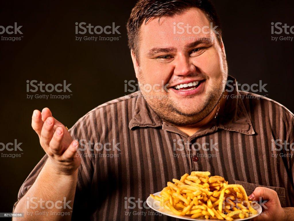 Dicker Mann essen Fastfood Pommes frites für übergewichtige. – Foto