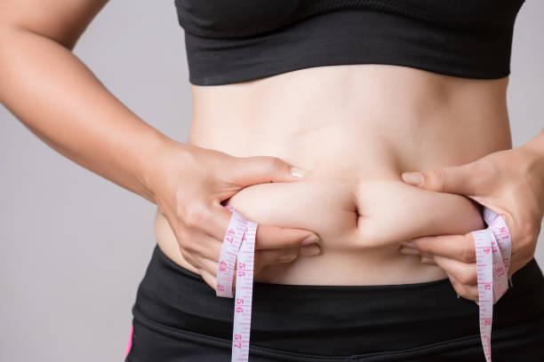 Fette Frau mit übermäßigem Bauchfett mit Maßband. Gesundheit und Frau-Diät Lifestyle-Konzept, um den Bauch zu reduzieren und bilden gesunden Magen Muskel. – Foto