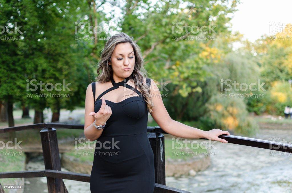 mulher gorda mostrando com o dedo - foto de acervo