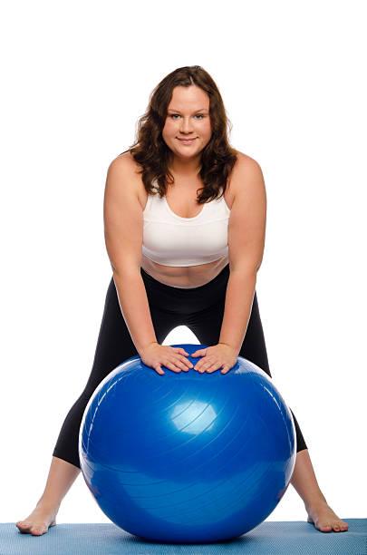 fat frau mit einem ball - damen leggings übergrößen stock-fotos und bilder