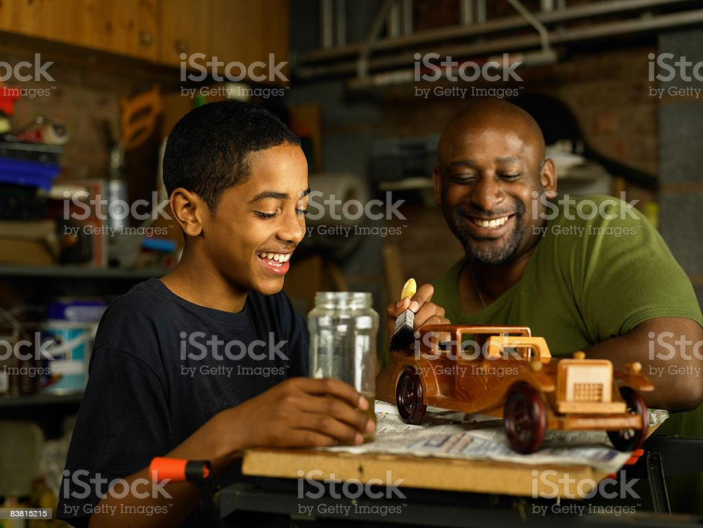 Padre admira Son de carpintería proyecto foto de stock libre de derechos