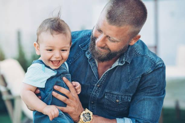 padre e bambino felici insieme - mascolinità foto e immagini stock
