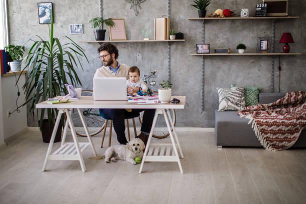 far och barn i hemmakontoret - working from home bildbanksfoton och bilder